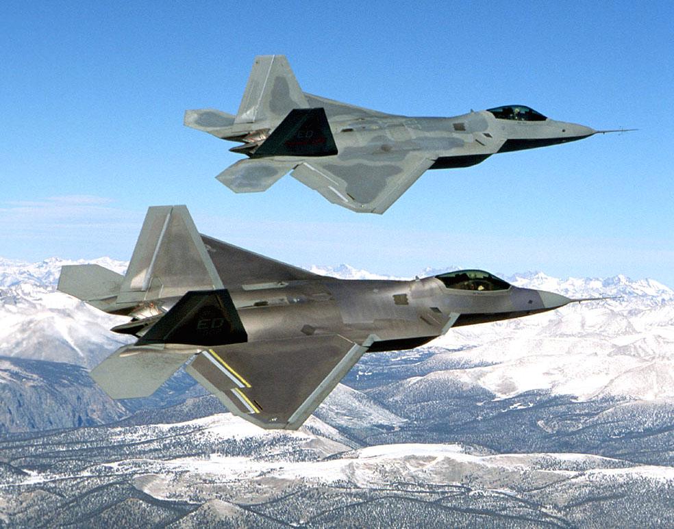 Una coppia di F-22 in volo.