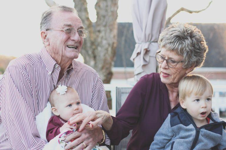 Uno studio dice che nonni troppo permissivi che viziano non fanno bene
